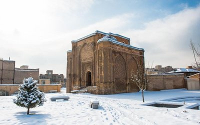 Gonbad-e-Alavian in Haman im Winter, Iran