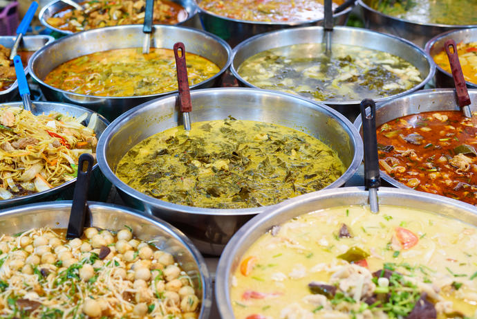 Curries einer Garküche in Indien