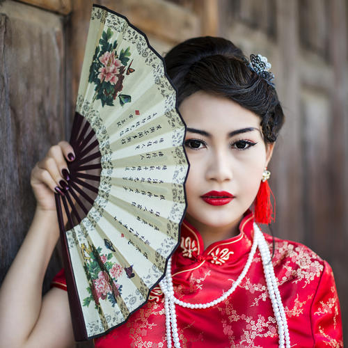 Chinesin im traditionellen roten Cheongsam