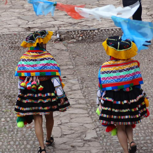 Traditionell gekleidete Peruanerinnen in Pisac